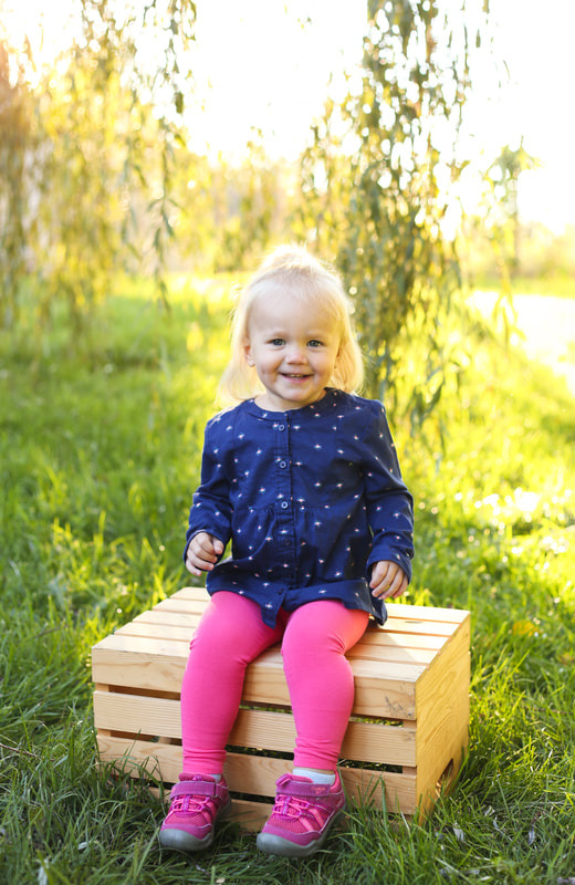 Outdoor child portraits apple box in Franklin, WI by Kelsey Jorissen Photography